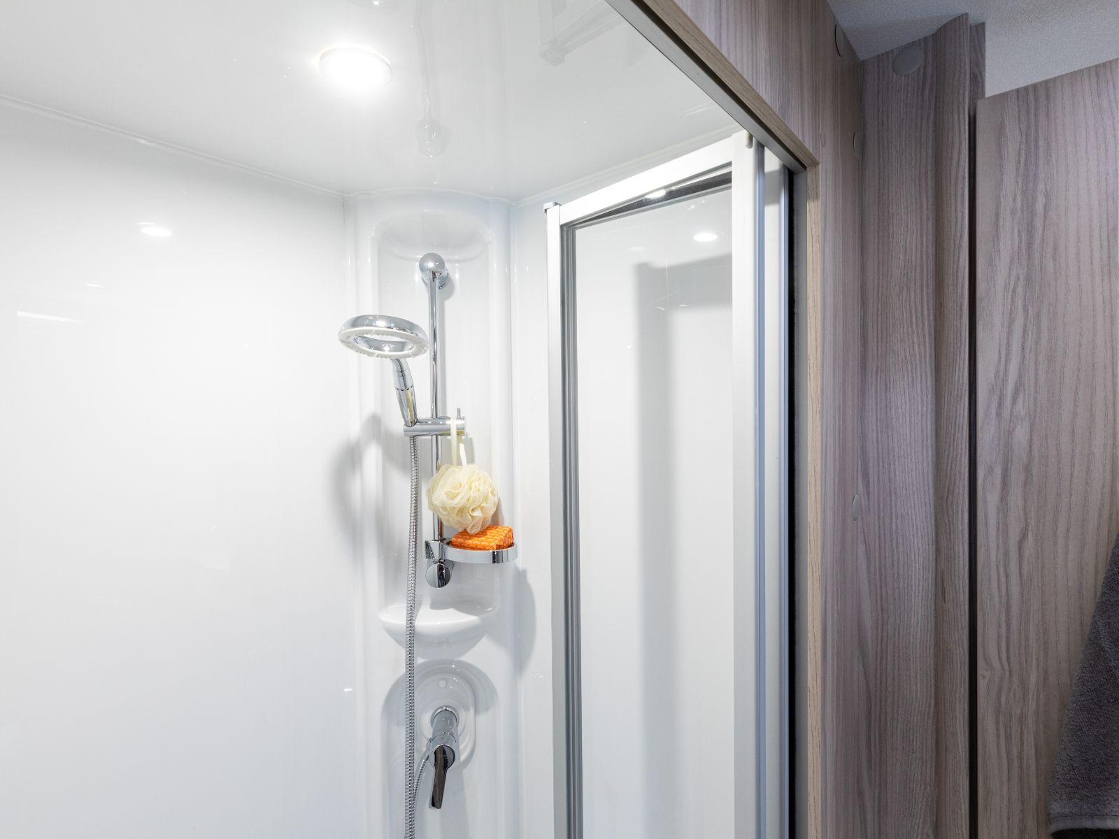 Shower with EcoCamel shower head '